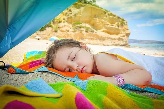 dziecko na plaży w czasie odpoczynku, wakacje z dzieckiem