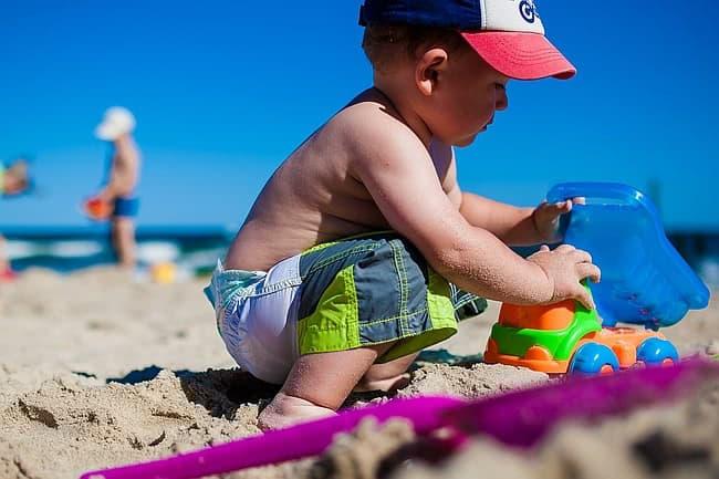 dziecko na plaży, wakacje z dzieckiem
